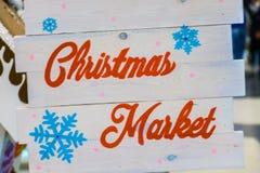 Bandera de madera del texto del mercado de la Navidad de la nieve blanca imagen de archivo libre de regalías