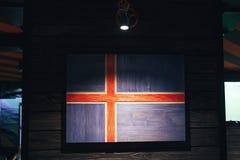 Bandera de madera Islandia en una pared de madera Bandera nacional Islandia del Grunge Bandera de madera Escandinavia imagen de archivo