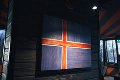 Bandera de madera Islandia en una pared de madera Bandera nacional Islandia del Grunge Bandera de madera Escandinavia foto de archivo