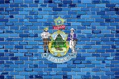 Bandera de Maine en una pared de ladrillo Imagenes de archivo