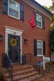 Bandera de Maryland delante de la casa americana típica Foto de archivo libre de regalías
