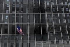 Bandera de New York City en el edificio Imágenes de archivo libres de regalías