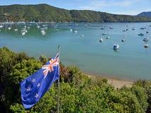 Bandera de Nueva Zelanda que agita orgulloso en los sonidos de Marlborough Fotos de archivo libres de regalías