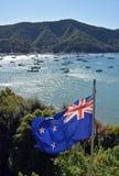 Bandera de Nueva Zelanda que agita orgulloso en los sonidos de Marlborough Foto de archivo