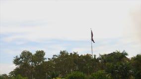 Bandera de Papúa Nueva Guinea bajo tiempo melancólico almacen de metraje de vídeo