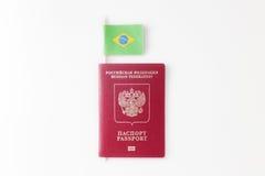 Bandera de papel brasileña en el fondo blanco Imagen de archivo libre de regalías
