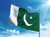 Bandera de Paquistán que agita en el cielo azul Foto de archivo