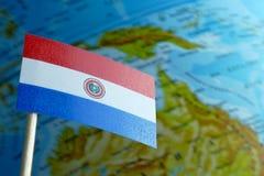 Bandera de Paraguay con un mapa del globo como fondo Imágenes de archivo libres de regalías