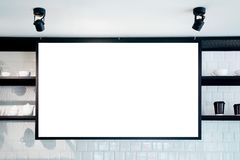 Bandera de pared vacía en la maqueta del café, vista delantera Tazas y plantas de Coffe en estante en fondo Diseño interior escan Fotografía de archivo