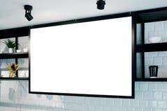 Bandera de pared vacía en la maqueta del café, vista lateral Tazas y plantas de Coffe en estante en fondo Diseño interior escandi Foto de archivo libre de regalías