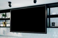 Bandera de pared vacía en la maqueta del café, vista lateral Tazas y plantas de Coffe en estante en fondo Diseño interior escandi Fotografía de archivo