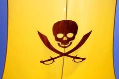 Bandera de pirata con un cráneo Imagenes de archivo