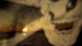 Bandera de pirata en un yate en el mar