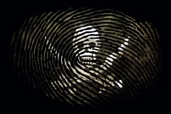 Bandera de piratas bajo la forma de huella dactilar en un fondo negro libre illustration
