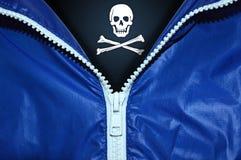 Bandera de piratas debajo de la cremallera desempaquetada foto de archivo libre de regalías