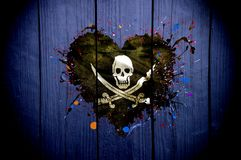 Bandera de piratas en la forma del corazón en un fondo oscuro fotos de archivo