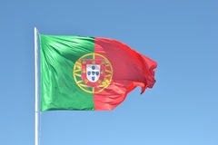 Bandera de Portugal en el viento Foto de archivo libre de regalías