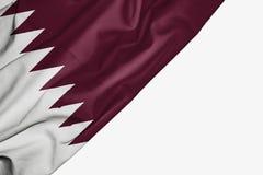 Bandera de Qatar de la tela con el copyspace para su texto en el fondo blanco ilustración del vector