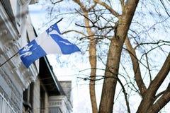 Bandera de Quebec en Montreal billowing en la brisa Imagen de archivo