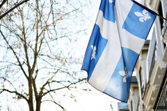 Bandera de Quebec en Montreal billowing en la brisa Imagen de archivo libre de regalías