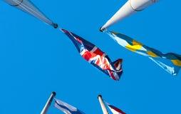 Bandera de Reino Unido y bandera de Suecia en palo delante del euro Fotografía de archivo libre de regalías