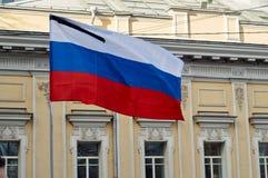 Bandera de Rusia con la cinta de luto negra Imagenes de archivo
