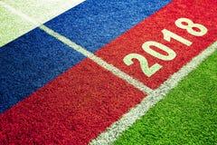 Bandera de Rusia en fondo del campo de fútbol Imagen de archivo libre de regalías