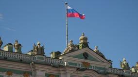 Bandera de Rusia en la fachada del palacio del invierno en St Petersburg metrajes