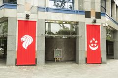 Bandera de Singapur en la calle Foto de archivo