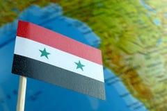 Bandera de Siria con un mapa del globo como fondo Fotos de archivo