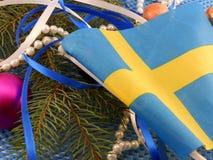Bandera de Suecia con la decoración de la Navidad, Año Nuevo Imagen de archivo