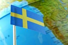 Bandera de Suecia con un mapa del globo como fondo Fotografía de archivo