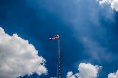 Bandera de Tailandia con el cielo agradable en asta de bandera Imagenes de archivo