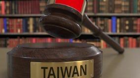 Bandera de Taiwán en el mazo de los jueces que cae ante el tribunal La justicia o la jurisdicción nacional relacionó la animación almacen de video