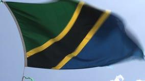Bandera de Tanzania contra un cielo azul almacen de video