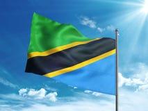 Bandera de Tanzania que agita en el cielo azul Foto de archivo libre de regalías