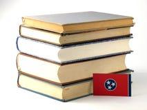 Bandera de Tennessee con la pila de libros en el fondo blanco foto de archivo