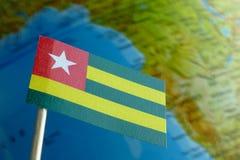 Bandera de Togo con un mapa del globo como fondo Foto de archivo