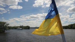 Bandera de Ucrania en el yate metrajes
