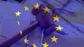 Bandera de unión europea con el mazo del juez en documentos