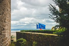 Bandera de unión europea en Mont Saint-Michel Imagen de archivo libre de regalías