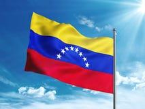 Bandera de Venezuela que agita en el cielo azul Fotos de archivo