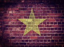 Bandera de Vietnam del Grunge en una pared de ladrillo Fotografía de archivo libre de regalías