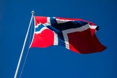 Bandera del aleteo de Noruega en viento imagen de archivo