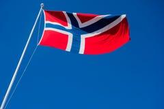 Bandera del aleteo de Noruega en viento fotografía de archivo