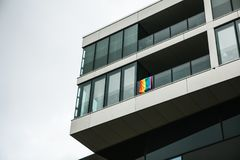 Bandera del arco iris Banderas multicoloras en una casa en Berlín en Alemania Revolución sexual europea Fotografía de archivo libre de regalías