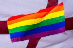 Bandera del arco iris de LGBT mezclada con la bandera inglesa Fotos de archivo