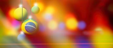 Bandera del Brasil en bola de la Navidad con el fondo borroso y abstracto Fotos de archivo libres de regalías