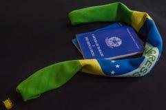 Bandera del Brasil y de la cartera de trabajo con el inscripition, minuto Imagen de archivo libre de regalías
