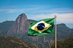 Bandera del Brasil y montaña de Corcovado con Cristo el redentor Fotos de archivo libres de regalías